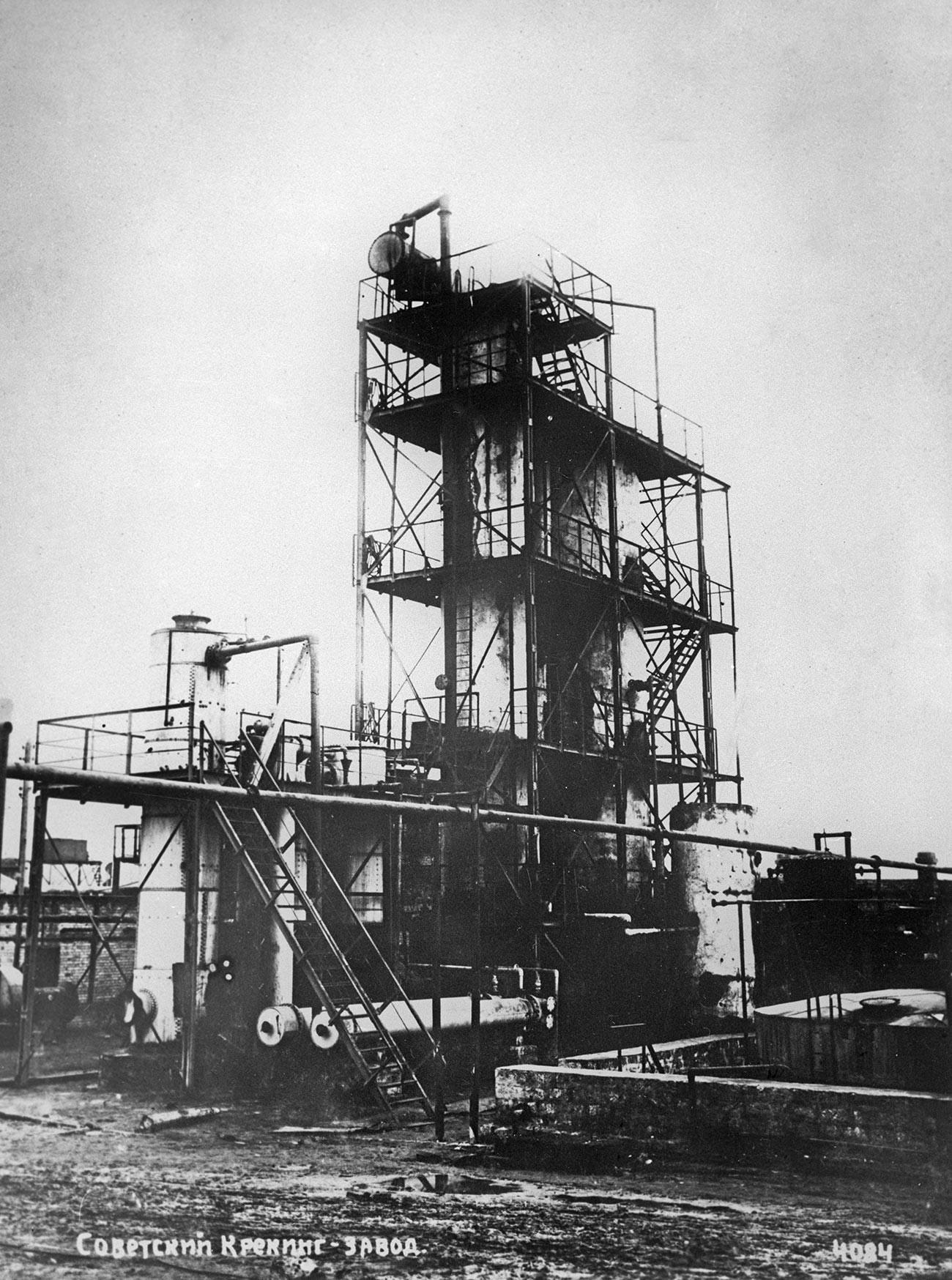 Installation tubulaire de craquage thermique du pétrole construite en utilisant la méthode de Choukhov. Bakou, URSS, 1934