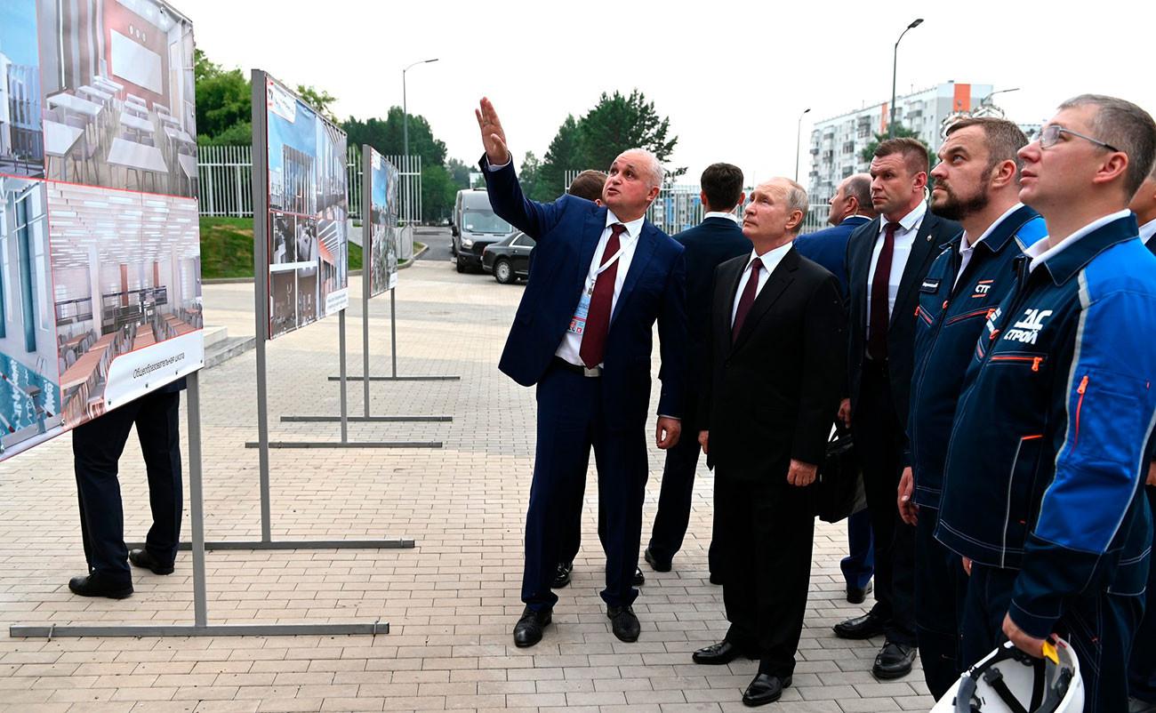 Lors de la visite du complexe culturel et éducatif en construction du Cluster sibérien des arts le 6 juillet 2021, à Kemerovo