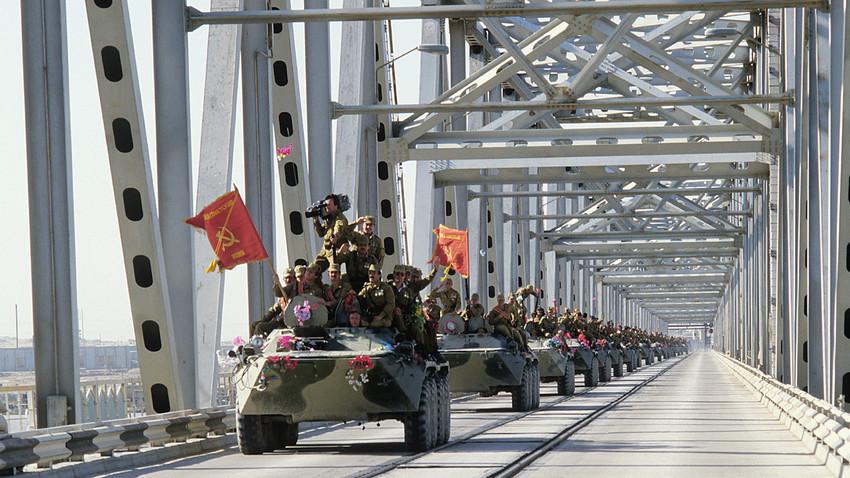 Una columna de vehículos blindados cruza la frontera afgano-soviética por el puente de la amistad sobre el río Amu Darya. /