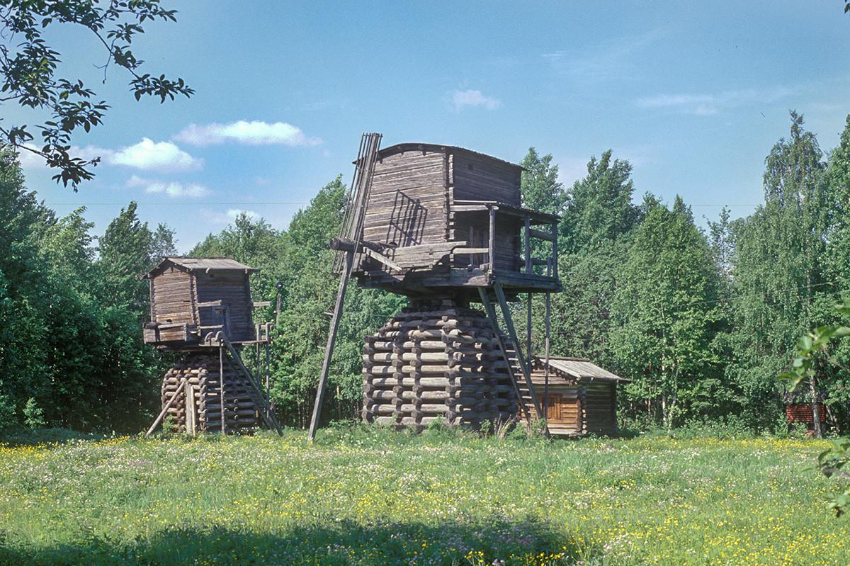 Musée Malié Korely. Moulins à vent surélevés, à l'origine situés dans le village de Tselegora (région de Mezen)