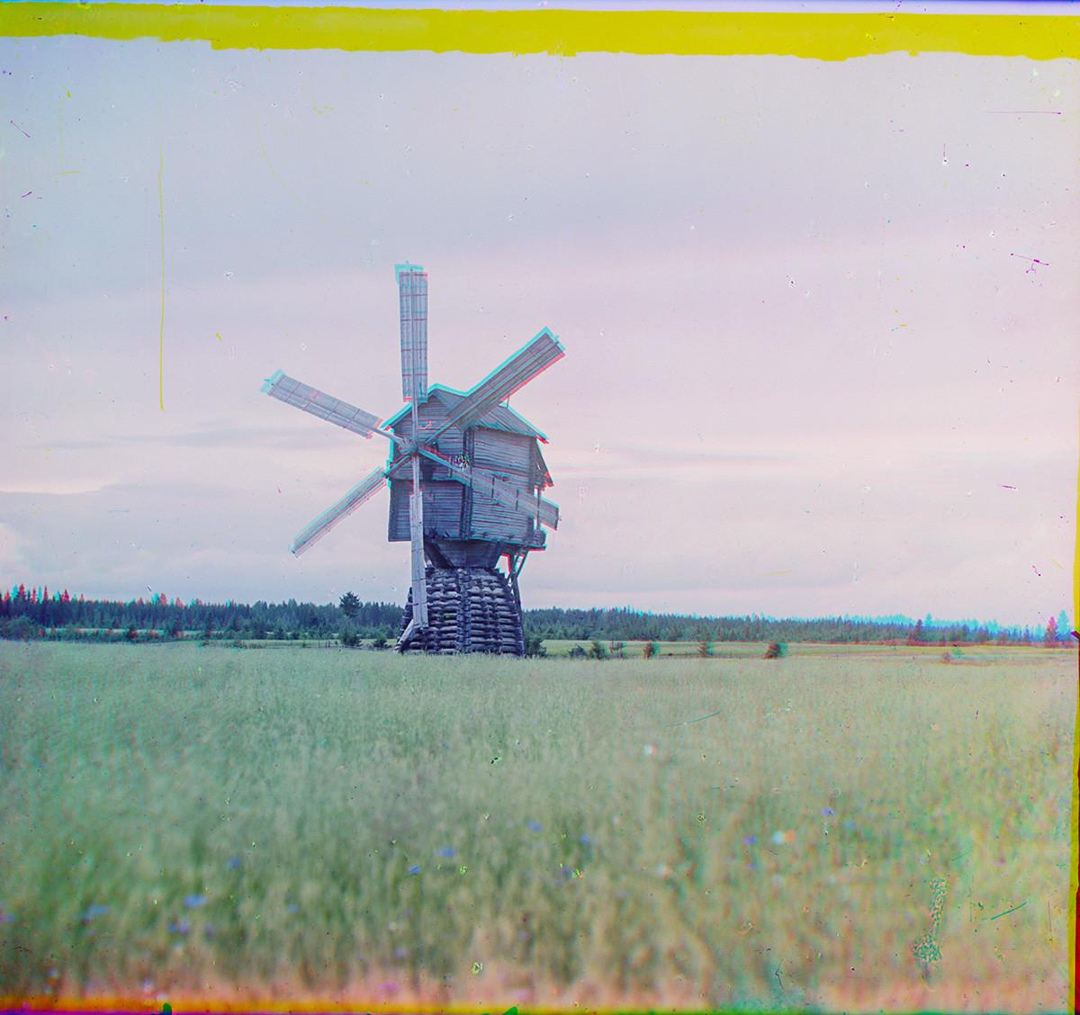 Leouchino (région de Tcherepovets). Moulin à sur pivot à six pales de type toltcheïa, qui pilait le grain au lieu de le moudre. Village maintenant submergé dans le réservoir de Rybinsk