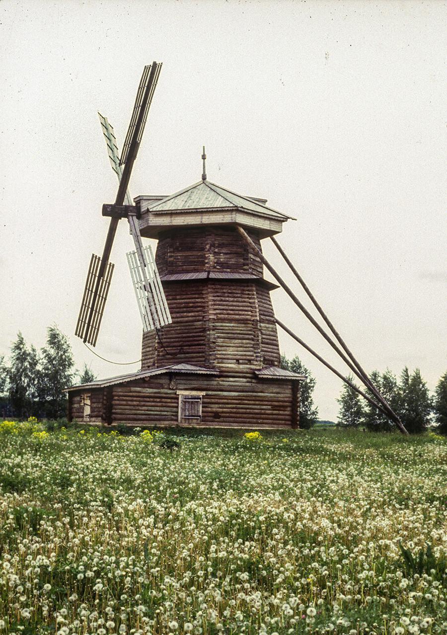 Parc du musée de Souzdal. Moulin à vent sur tour, à l'origine situé dans le village de Mochok