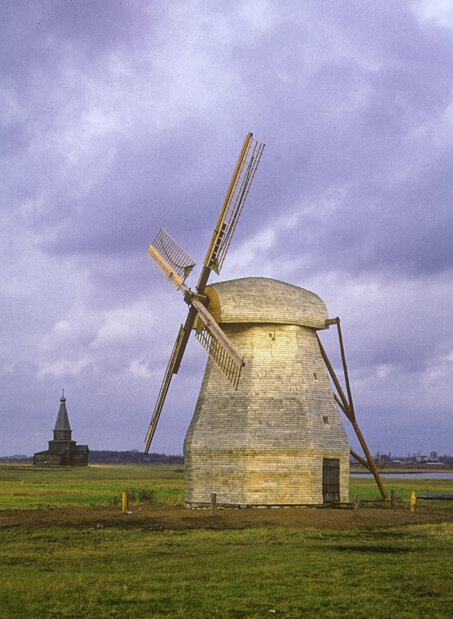 Musée Vitoslavlitsy (près de Veliki Novgorod). Moulin à vent sur tour à l'origine situé dans le village de Ladochtchina