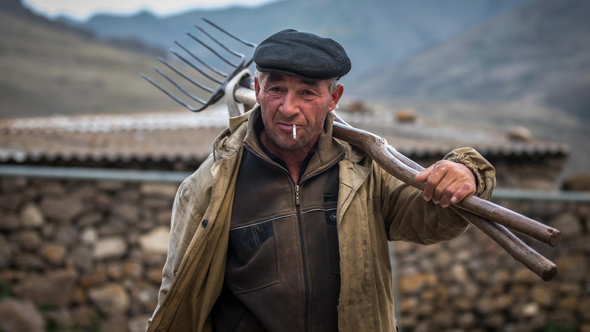Seorang warga lokal di Desa Eltyubyu, Republik Kabardino-Balkaria.