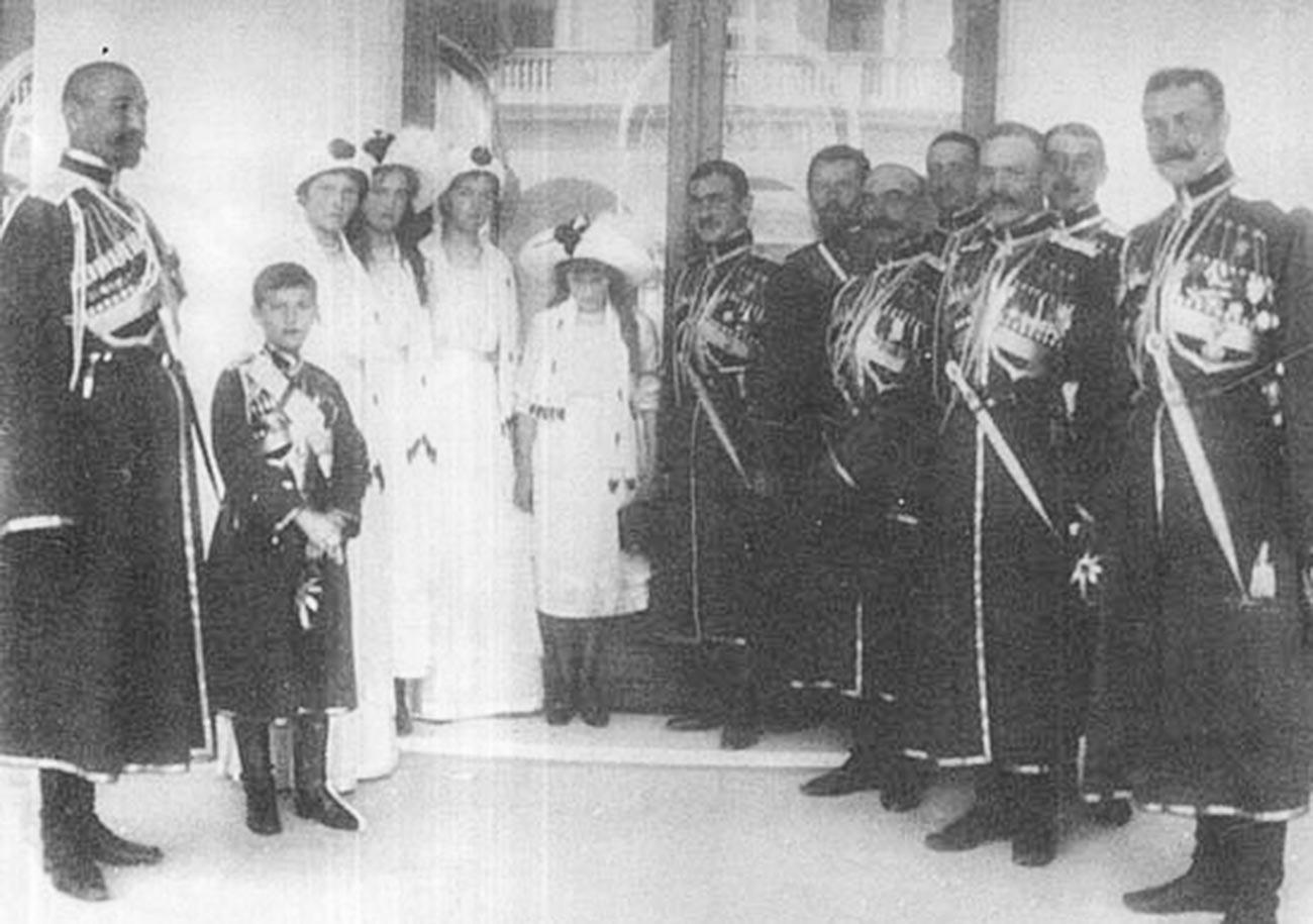 Les enfants de Nicolas II avec les cosaques de la Garde, 1913
