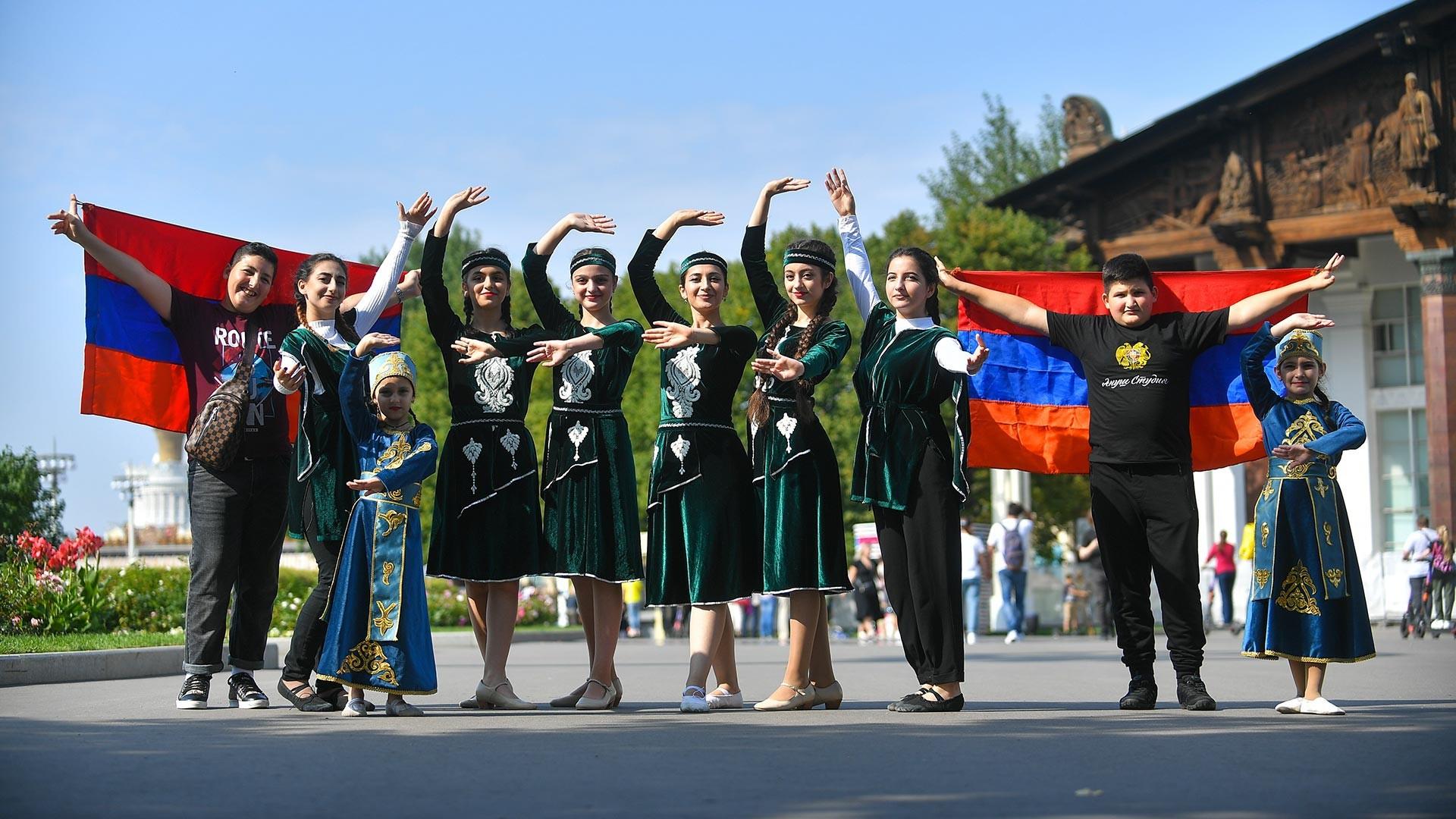 Durant le festival de l'hospitalité des peuples de Russie et de la CEI au parc VDNKh de Moscou