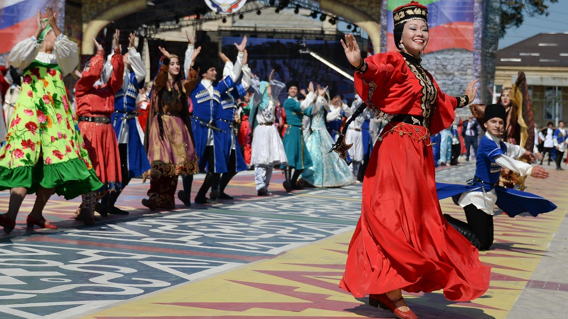 Lors du festival célébrant les 2 000 ans de la cité de Derbent, au Daghestan, ayant regroupé des représentants des différents peuples de la région