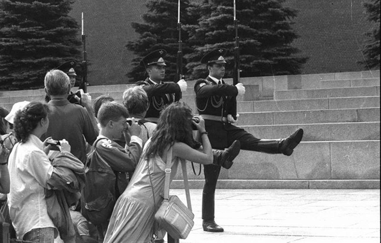 Garde d'honneur près de la Flamme éternelle dans le jardin Alexandre, 1988