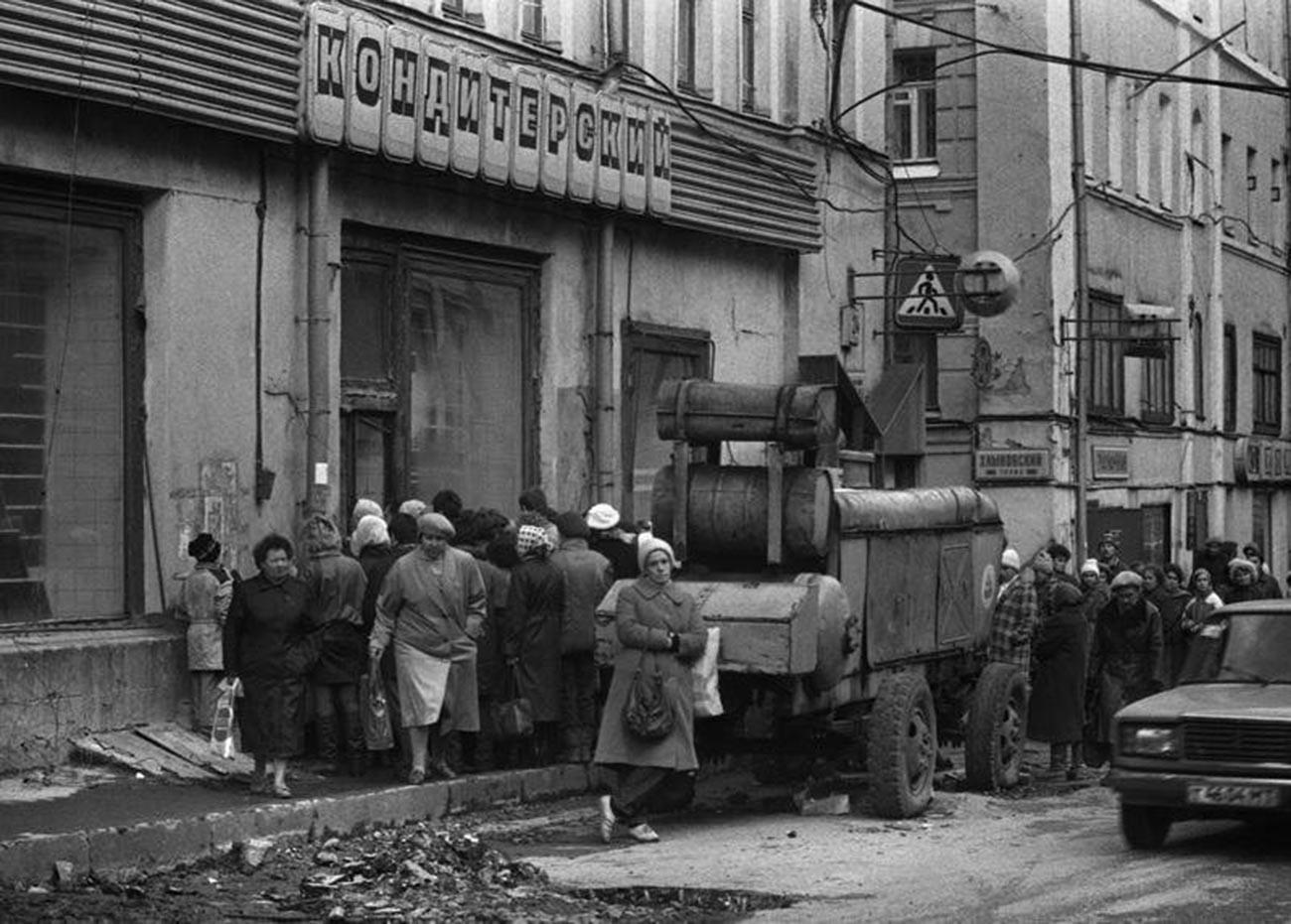 File d'attente avant l'ouverture d'un magasin de la rue Alexandre Herzen (aujourd'hui Bolchaïa Nikitskaïa), 1990
