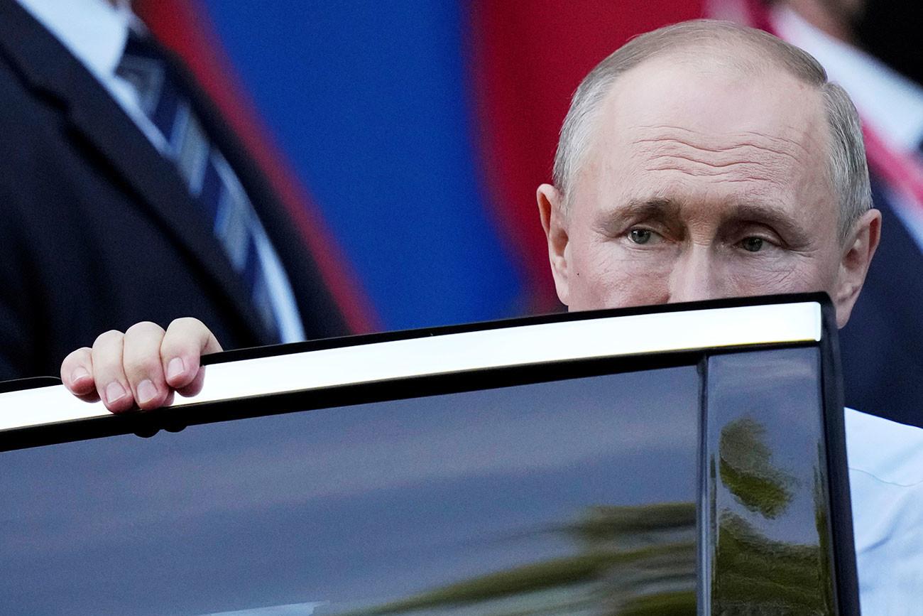 Президентът на Русия Владимир Путин се качва в лимузина, когато напуска Вила