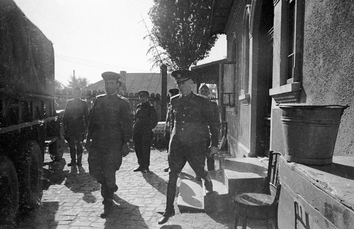 Ion Antonescu înconjurat de soldați sovietici.