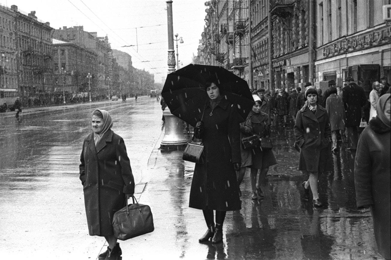 トロリーバスを待つ人、1980年代