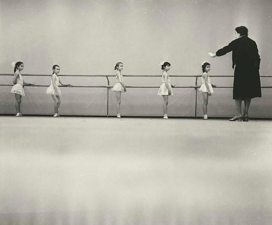 Schulmädchen in einer Ballettstunde im Palast der Pioniere, 1962.