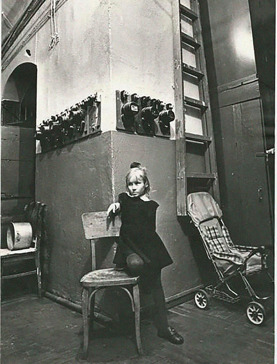 Ein Mädchen posiert in einer Gemeinschaftswohnung.