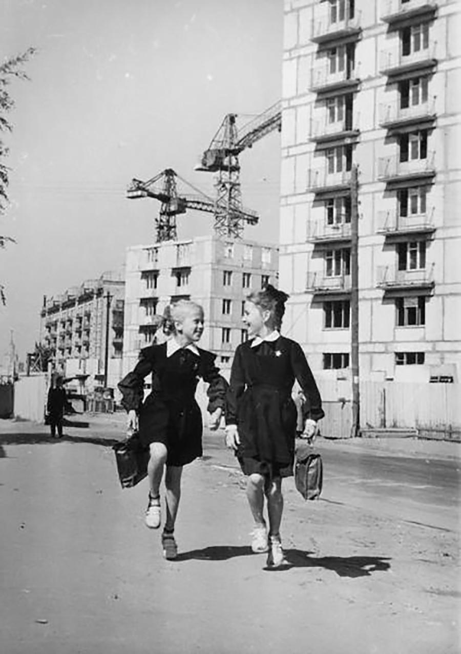 """""""Neue Siedler"""" – Zwei Mädchen auf dem Weg zur Schule, 1966."""
