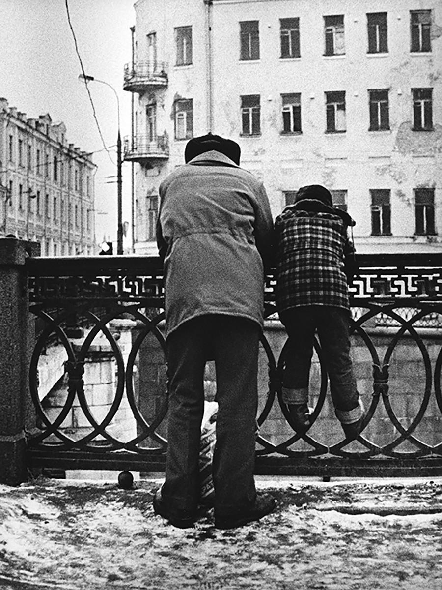 Zwei Moskauer, die den Fluss Moskwa beobachten, 1970er Jahre.
