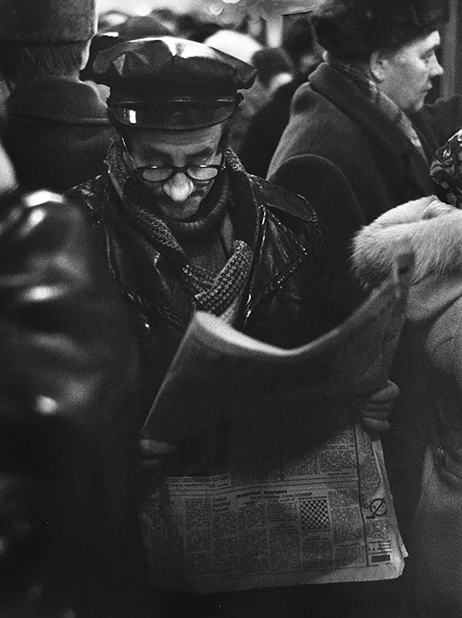 Ein Mann liest in der U-Bahn, 1960er Jahre.