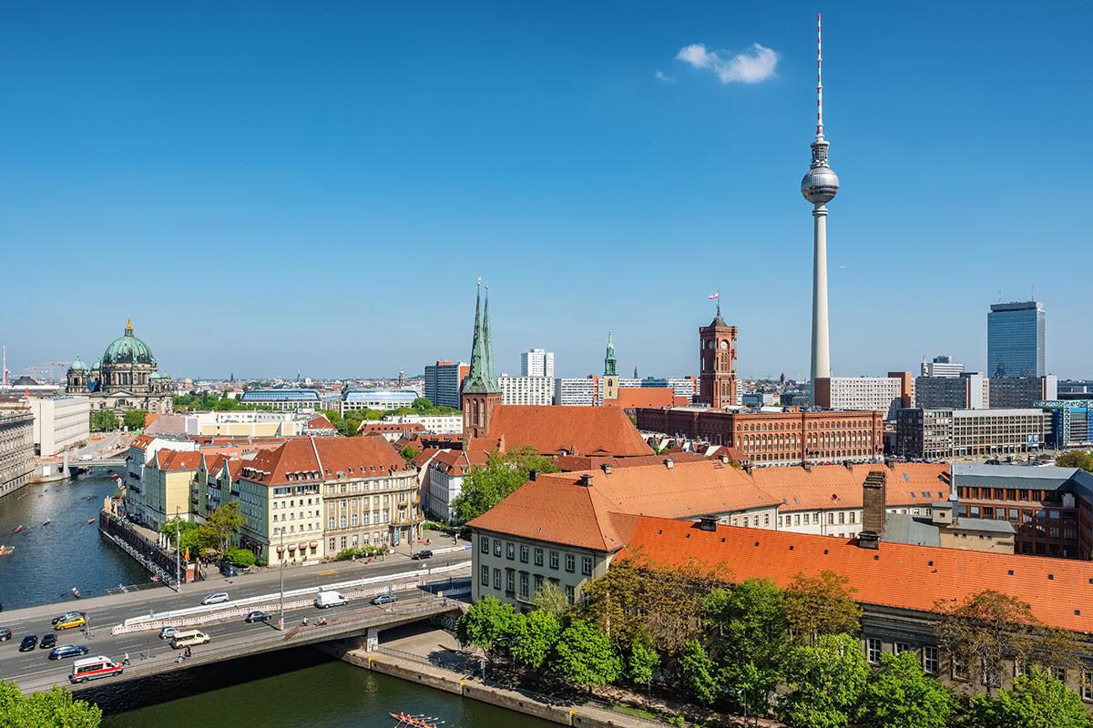 Paisaje urbano de Berlín con la Catedral de Berlín y la Torre de Televisión.