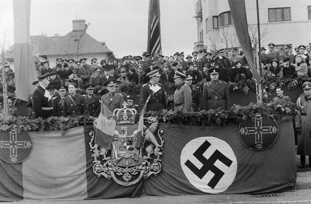 Desfile de las tropas en Bucarest con motivo de la adhesión de Rumanía al Pacto Tripartito, 1940.