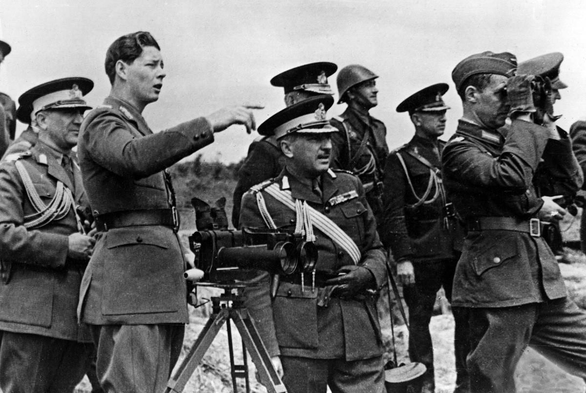 El rey Miguel I de Rumanía con altos oficiales del ejército a su alrededor en un puesto de observación frente a las posiciones defensivas soviéticas en Crimea, septiembre de 1941.