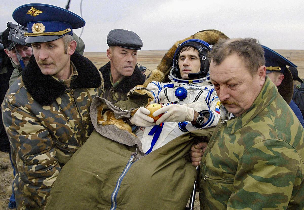 Malentchenko sendo transportado logo após a cápsula espacial russa Soyuz TMA-2 pousar em Arkalyk (cerca de 300 km da capital cazaque de Astana), 28 de outubro de 2003