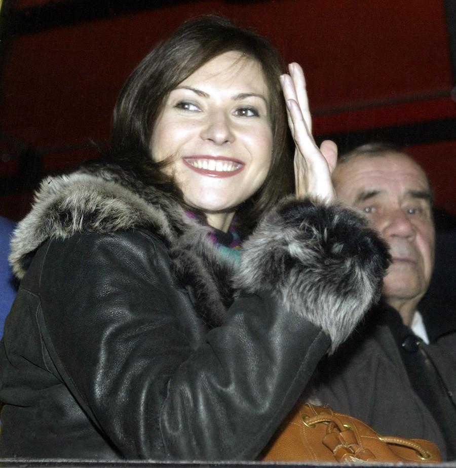Екатерина встречает Юрия в октябре 2003 года после его полета на МКС