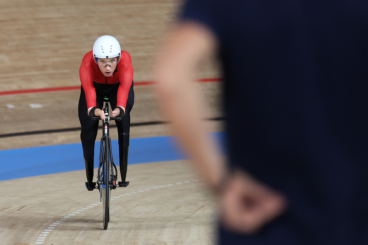 Михаил Асташов от отбора на Параолимпийския комитет на Русия (ПКР) след като взема златото за индивидуално преследване по колоездене C1 на 3000 м, на 2 -ри ден от Параолимпийските игри в Токио 2020 г.