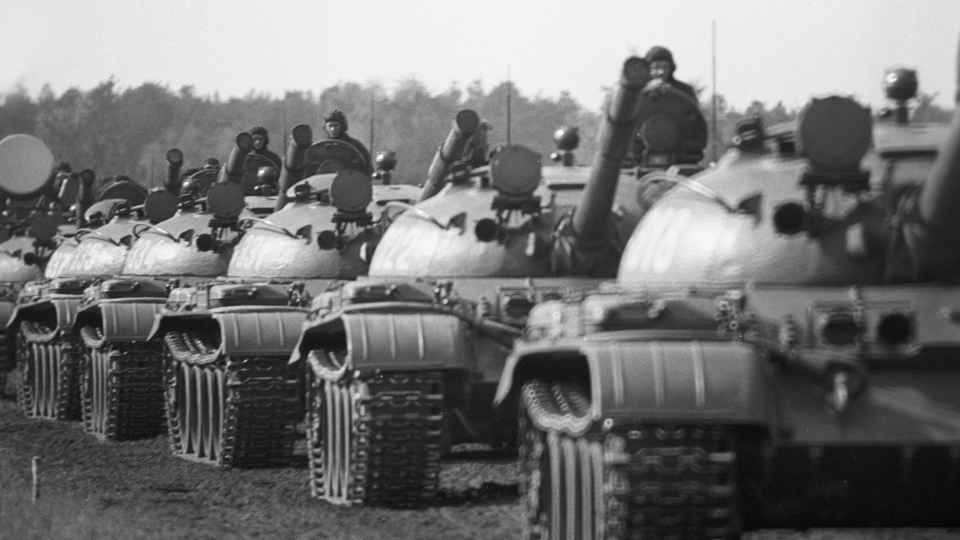 Tanques soviéticos durante os exercícios