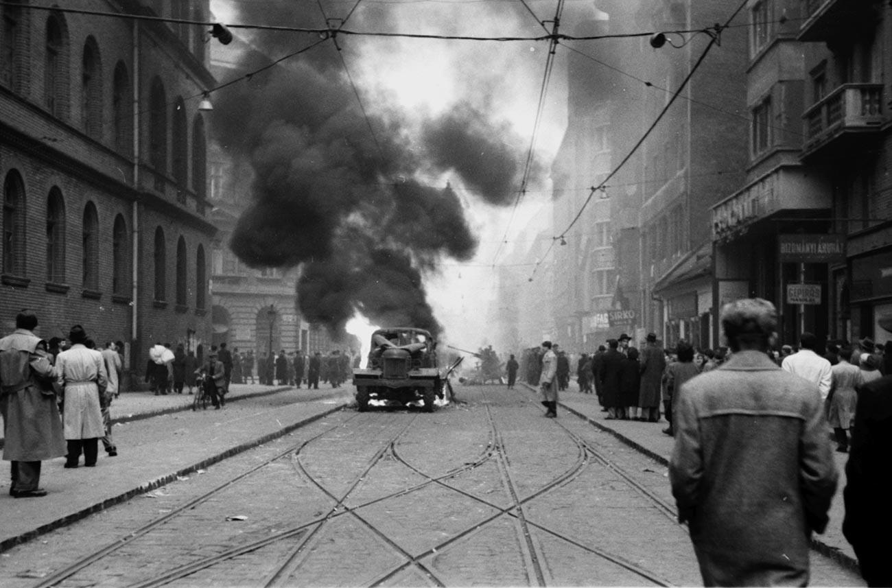 Combates nas rua de Budapeste, 1956.