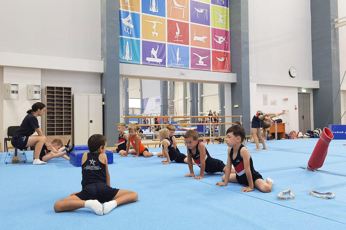 Раушанья Габитова во время тренировки по акробатке в центре олимпийской чемпионки Юлии Барсуковой