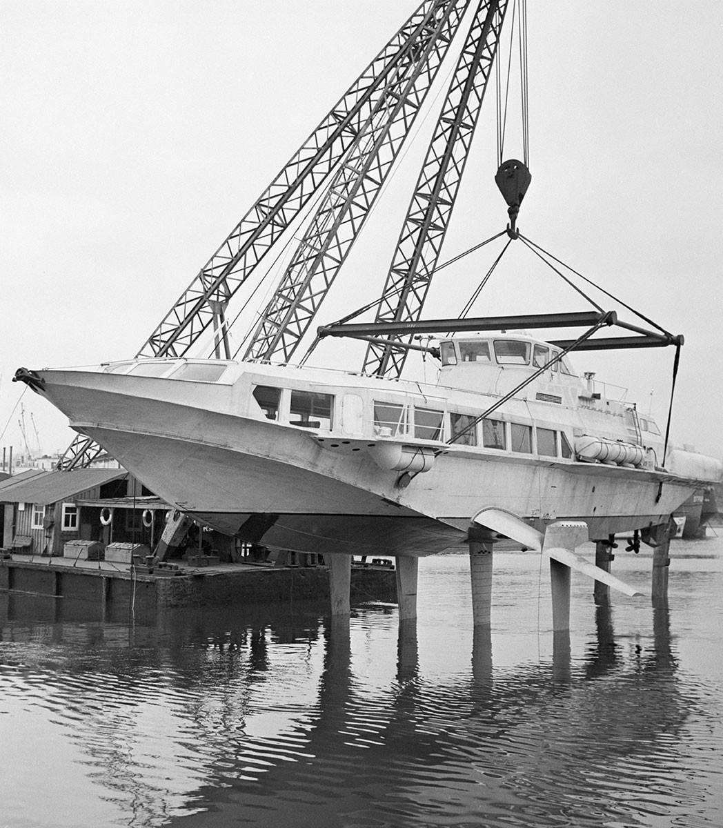 """Спуштање на воду поморског брода """"Тајфун"""" са подводним крилима и гасно-турбинским погоном који развија брзину око 76 км/час. Брод може да прими 100 путника и опремљен је клима-уређајима. СССР, Лењинград, 24. новембар 1969."""