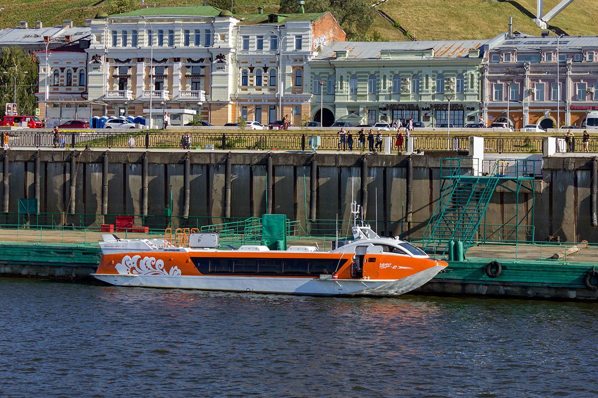 """Брод са подводним крилима """"Валдај"""" у пристаништу речне станице у Нижњем Новгороду."""