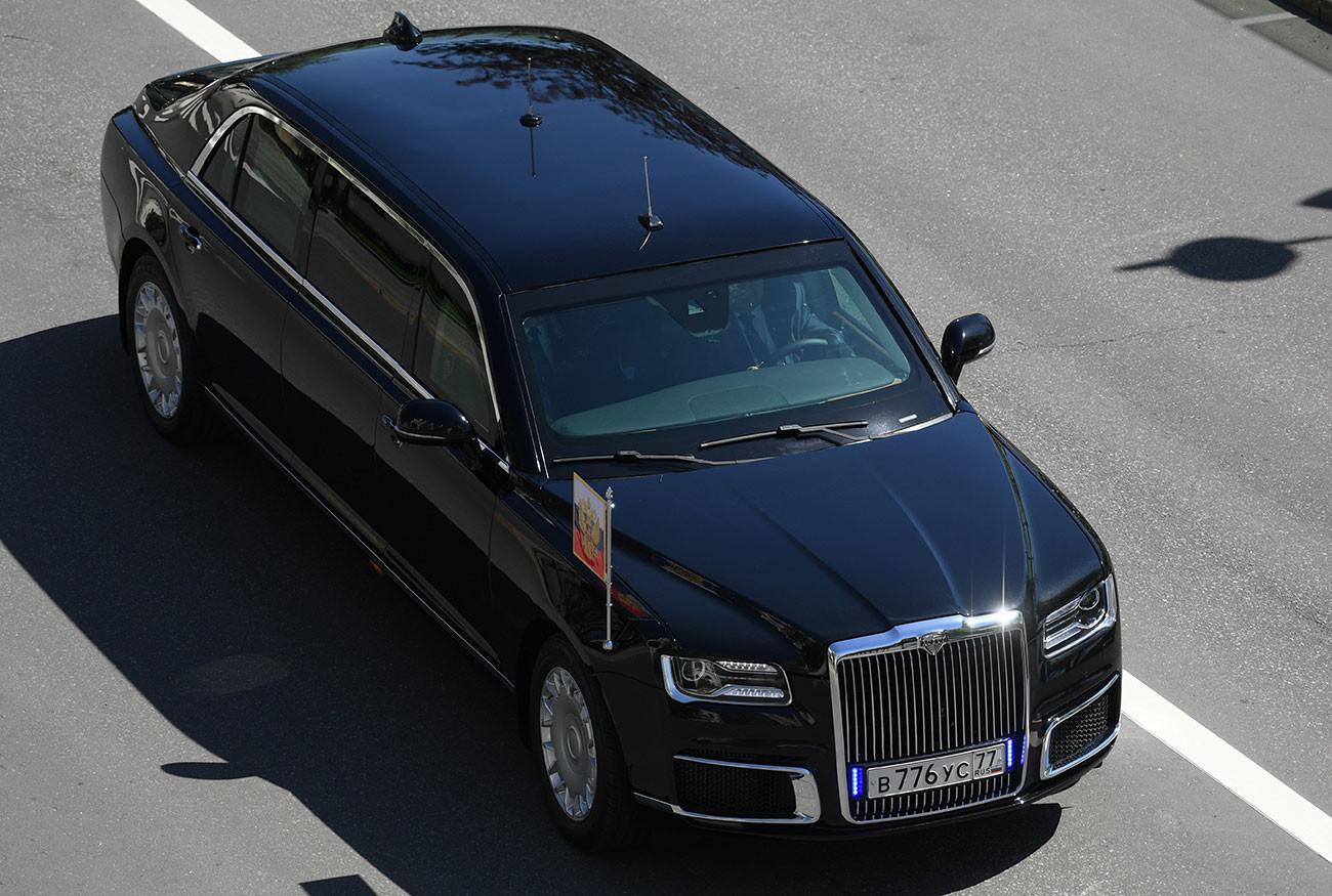 La nueva limusina de fabricación rusa del presidente Vladímir Putin, que forma parte del proyecto Kortezh, circula durante una ceremonia de inauguración en el Kremlin en Moscú, Rusia, el 7 de mayo de 2018.