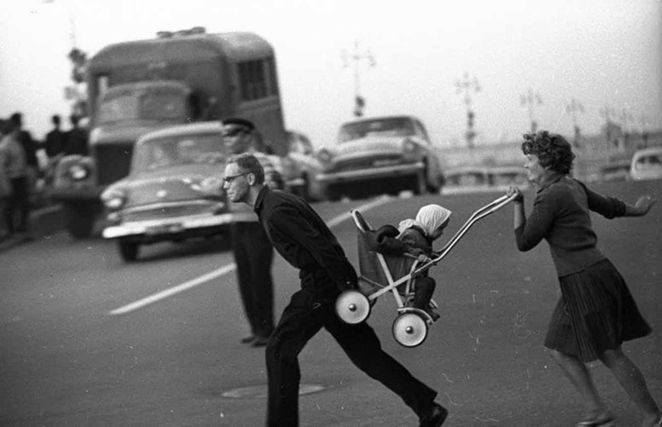 En traversant l'avenue, 1963