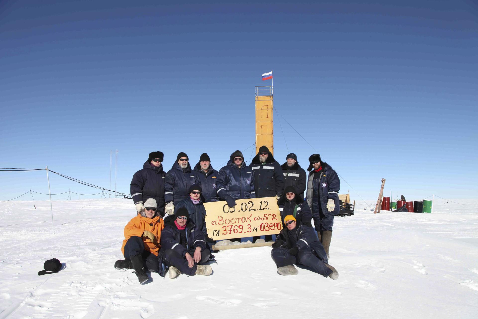 Des chercheurs posent pour une photo à la station Vostok en Antarctique
