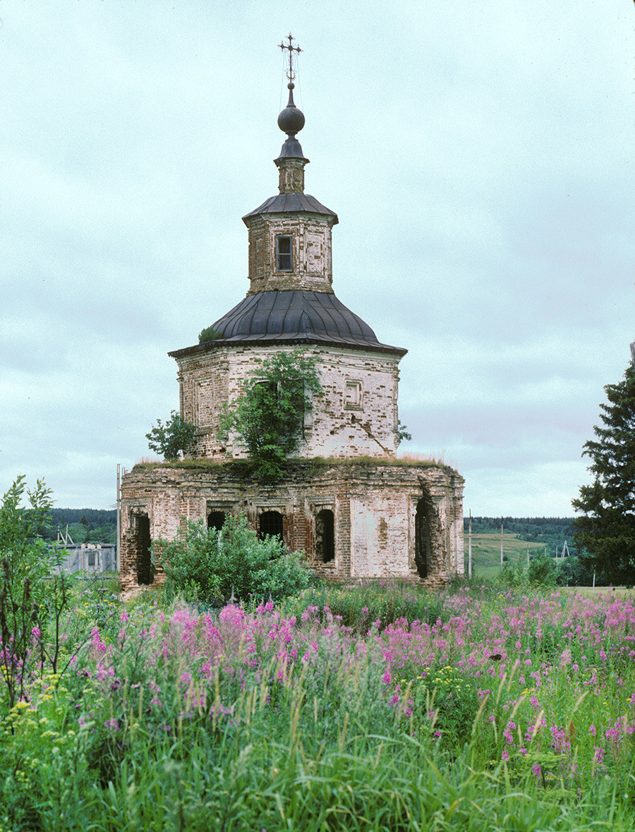 Gleden. Church of St. John of Ustyug at Pukhovo (Descent of the Holy Spirit). Built in 1764 by Trinity Monastery to commemorate the birth of St. John of Ustyug, the abandoned church collapsed in 1999. July 27, 1996