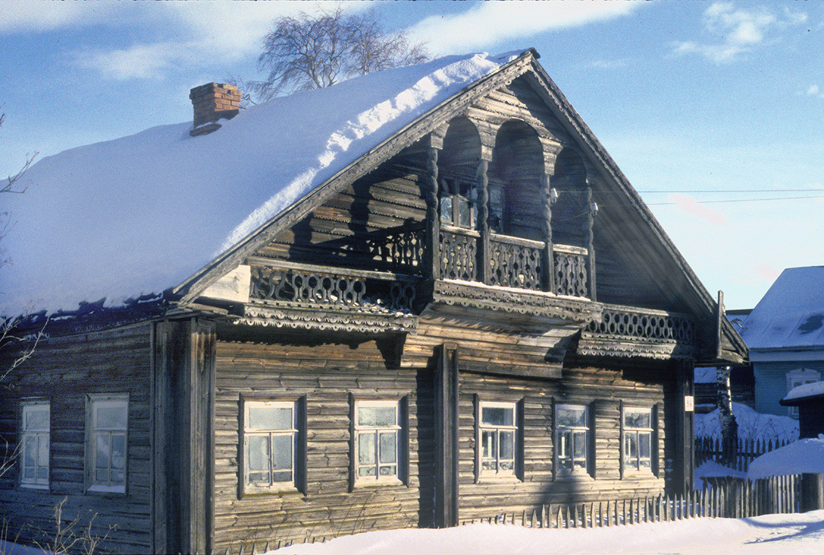 Morozovitsa (near Gleden). Wooden house with ornamental carving. (House has now been substantially modified.) March 7, 1998