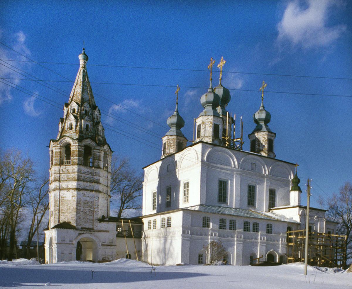Trinity-Gleden Monastery (Veliky Ustyug). Bell tower & Trinity Cathedral, southwest view. March 7, 1998