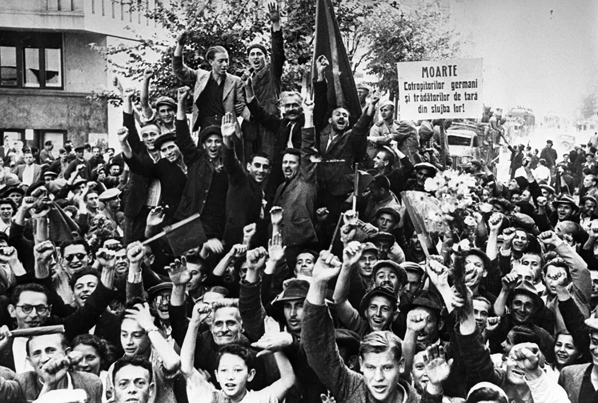 Prebivalci Bukarešte pozdravljajo prihod Rdeče armade, avgust 1944