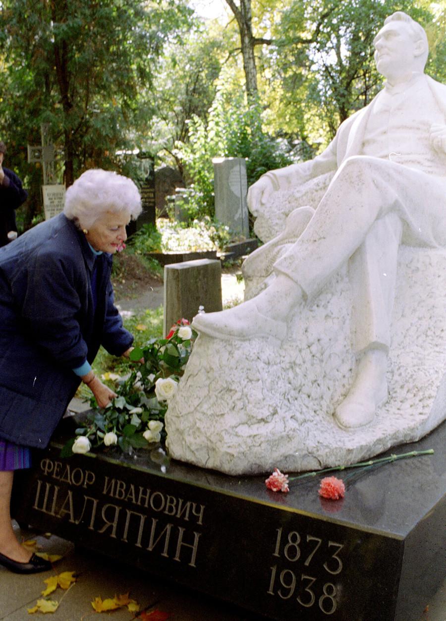 Marina Chaliapina sur la tombe de son père à Moscou