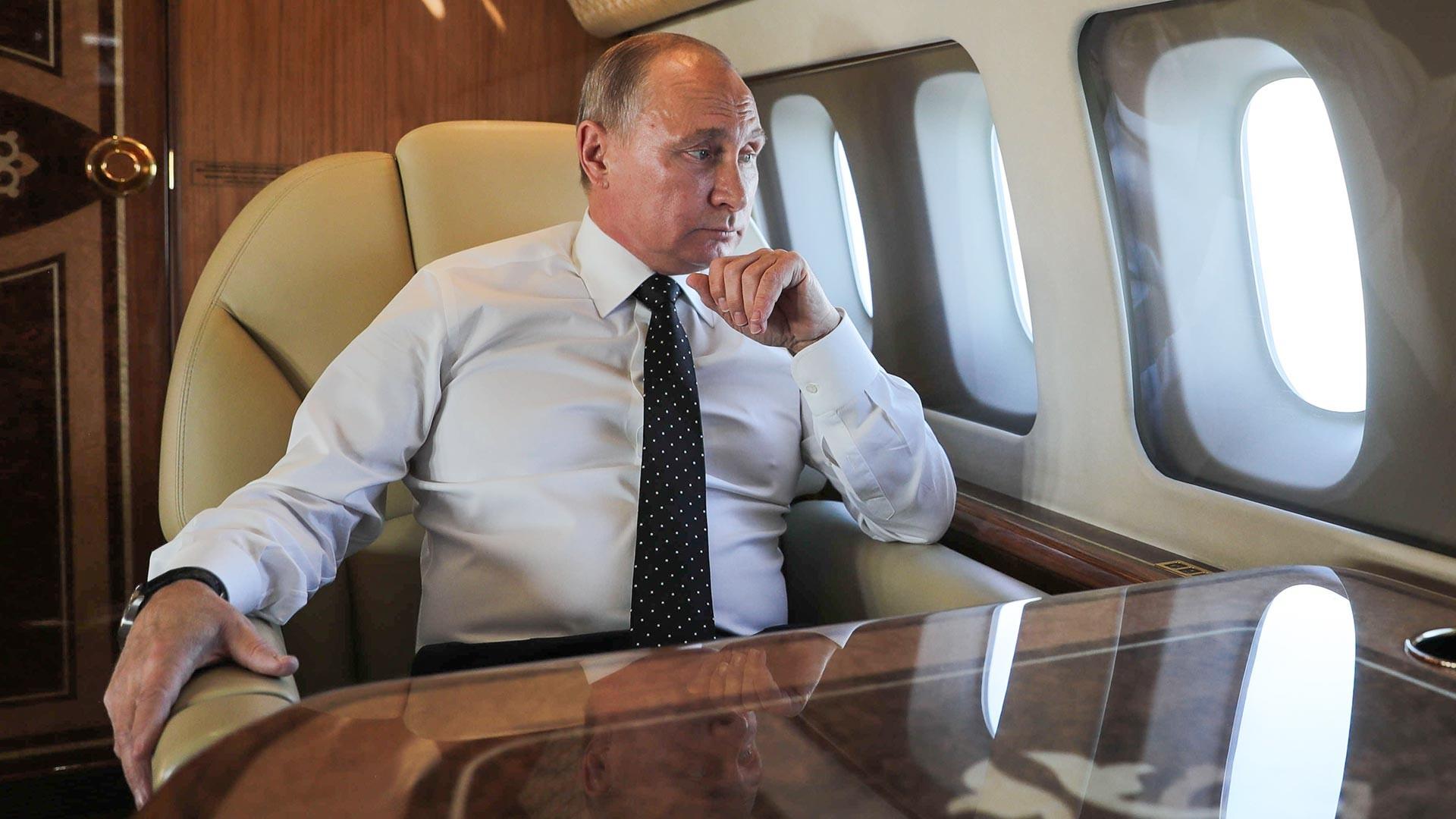 Vladimir Poutine à bord de son avion lors d'un vol vers la base aérienne de Hmeimim située en Syrie