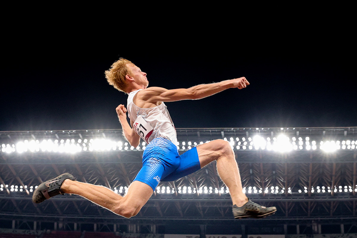 Atlet Rusia Evgenii Torsunov melakukan lompatan pada paralimpiade Tokyo 2020.