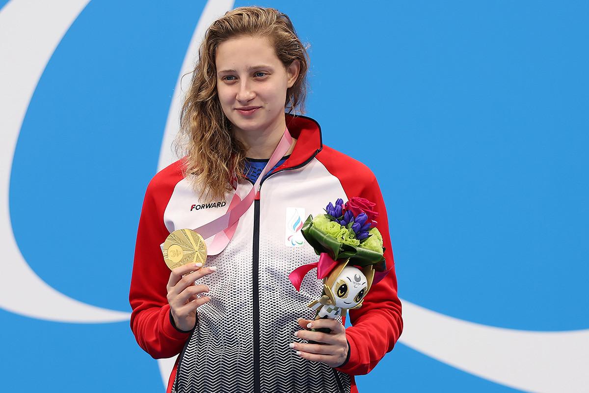 Atlet Rusia Valeriia Shabalina merayakan kemenangan pada upacara penyerahan medali nomor gaya ganti perorangan 200 meter Paralimpiade Tokyo 2020.