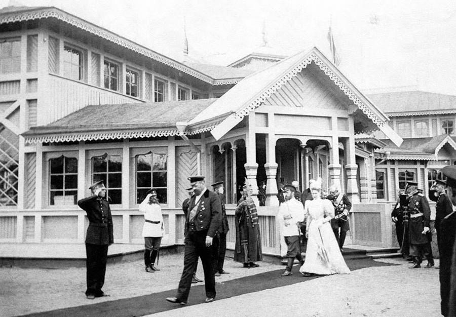 Kaisar Nikolay II dan Permaisuri Aleksandra Fyodorovna saat mengunjungi pameran di Nizhny Novgorod, 1896.