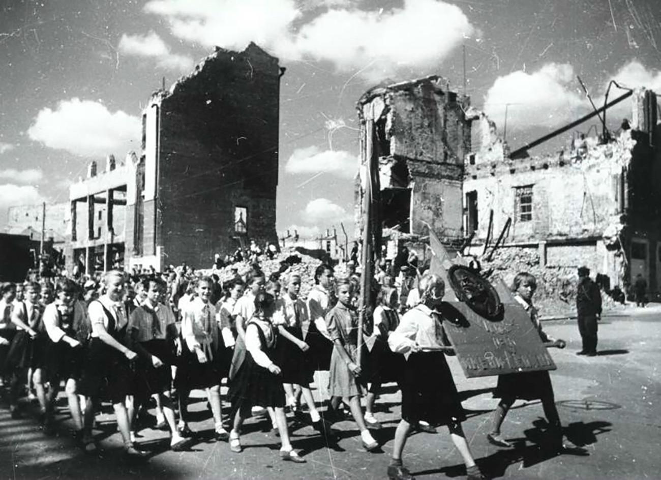 Demonstração de 'pioneiros', análogos dos escoteiros, em Stalingrado.