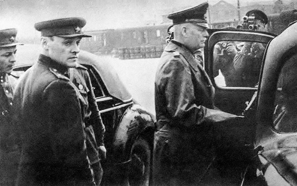 Kolonel Soviet Aleksandr Korotkov dan Marsekal Lapangan Jerman Wilhelm Keitel.