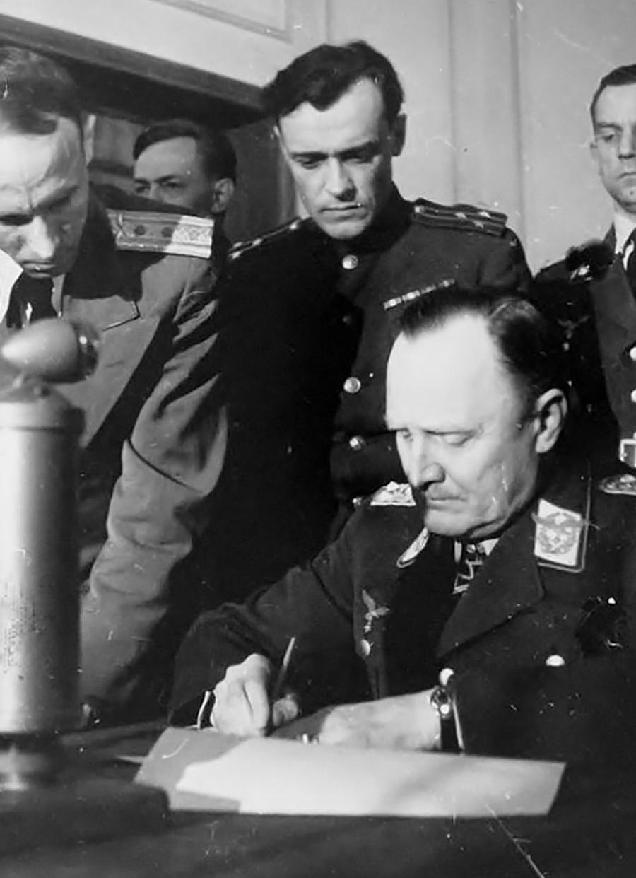 Kolonel Soviet Aleksandr Korotkov dan jenderal Hans-Jürgen Stumpff, yang merupakan salah satu penandatangan penyerahan tanpa syarat Jerman pada akhir perang.