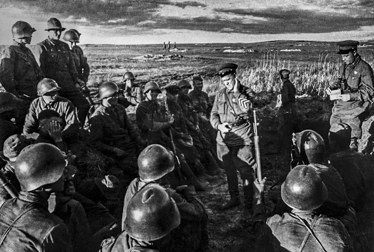 Georgij Žukov med vojaki v Mongoliji