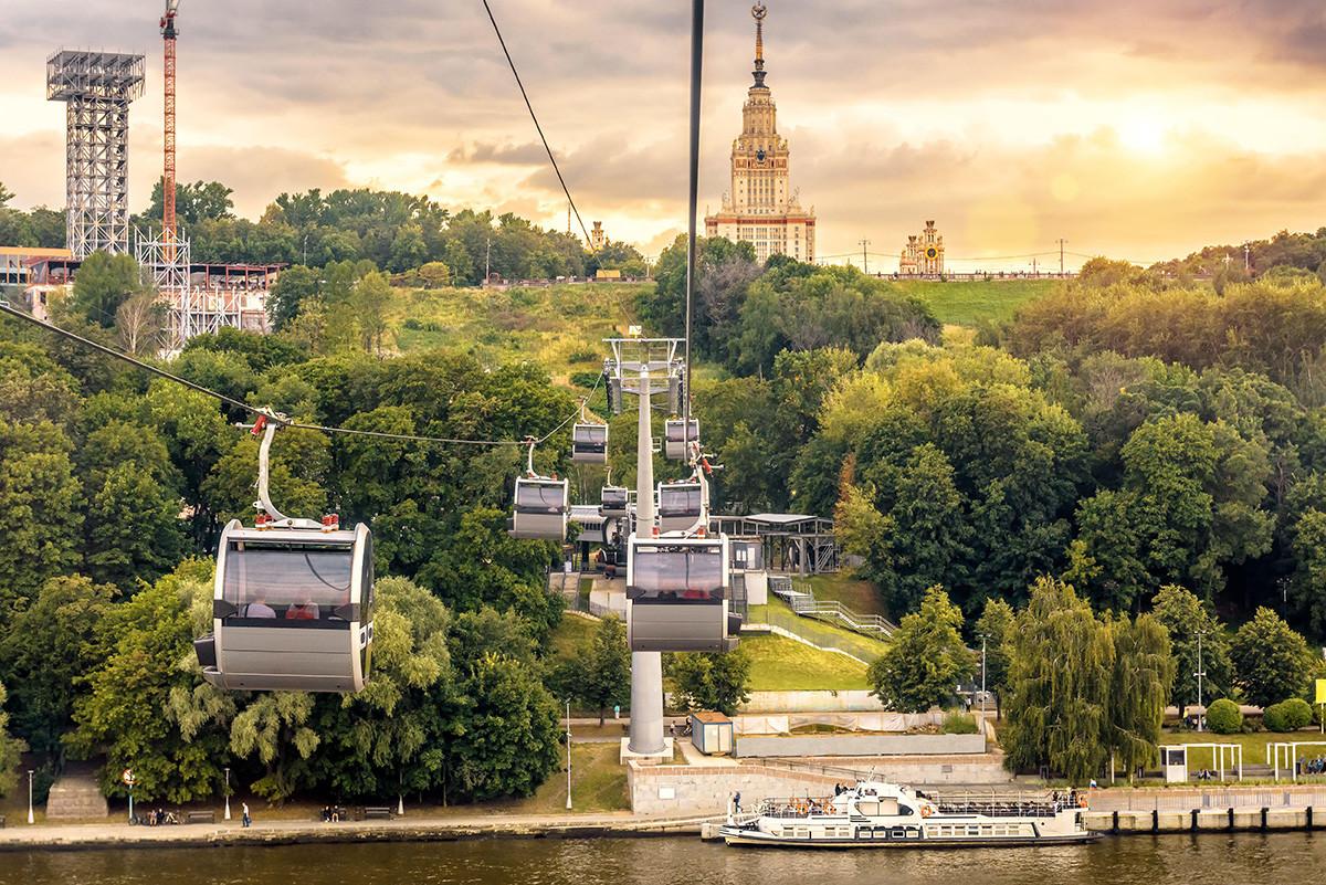 モスクワのヴォロビヨーヴィ丘にて