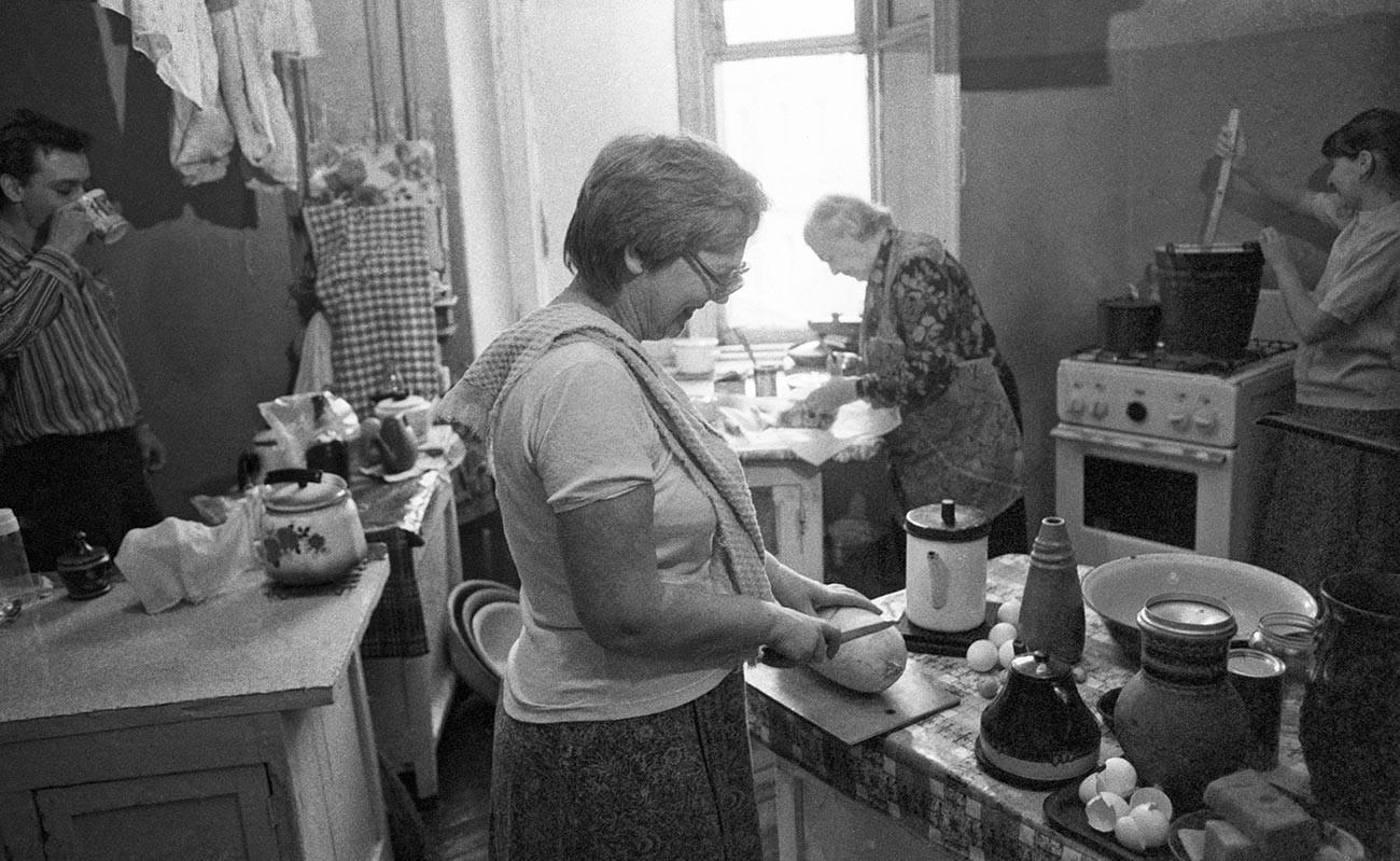 Dapur umum di apartemen komunal Soviet.